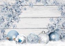 Carte de voeux de Noël avec de belles boules et fleurs bleues sur un conseil en bois illustration de vecteur