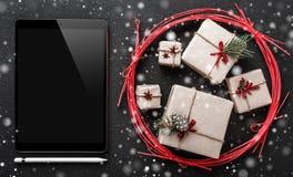Carte de voeux de Noël, ipad noir pour écrire un message pour aimé et le cher, cadeaux symboliques d'hiver Photo stock