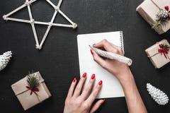 Carte de voeux de Noël, maintenant nous écrirons la liste de cadeau que nous nous attendons de Santa Claus L'ambiance de Noël est Image stock