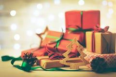 Carte de voeux de Noël - pile de cadeaux et de décorations photo stock