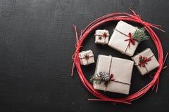 Carte de voeux de nouvelle année et Noël, l'espace pour un message des vacances d'hiver avec des cadeaux pendant des vacances d'h Photographie stock