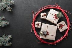 Carte de voeux de nouvelle année et Noël, l'espace pour un message des vacances d'hiver avec des cadeaux pendant des vacances d'h Photos stock