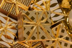 Carte de voeux orientée de vacances d'or de luxe avec des boîte-cadeau Image stock
