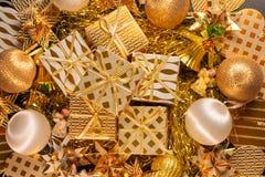 Carte de voeux orientée de vacances d'or de luxe avec des boîte-cadeau Photo libre de droits