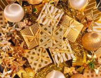 Carte de voeux orientée de vacances d'or de luxe avec des boîte-cadeau Photographie stock