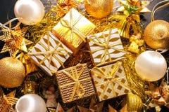 Carte de voeux orientée de vacances d'or de luxe avec des boîte-cadeau Image libre de droits