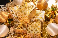 Carte de voeux orientée de vacances d'or de luxe avec des boîte-cadeau Photographie stock libre de droits
