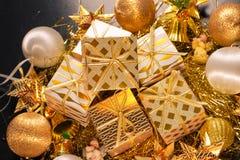 Carte de voeux orientée de vacances d'or de luxe avec des boîte-cadeau Photos stock