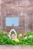 Carte de voeux de Pâques et oeufs de caille sur une herbe verte devant un fond en bois Copiez l'espace Photos libres de droits