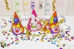 Carte de voeux pour la partie de carnaval chapeau et bougies sur le fond blanc Image libre de droits