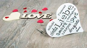 Carte de voeux pour le jour du `s de valentine Coeurs - un symbole de l'amour Coeurs sur un fond en bois Amour d'inscription Copi photos libres de droits