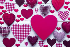 Carte de voeux pourpre avec la texture de coeur, l'espace de copie Photographie stock