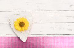 Carte de voeux romantique avec le coeur et fleur sur le fond en bois blanc Photographie stock