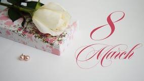 Carte de voeux, rose de blanc, boucles d'oreille et cercueil sur un fond blanc Images libres de droits