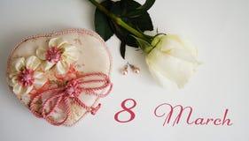 Carte de voeux, rose de blanc, boucles d'oreille et cercueil sur un fond blanc Photographie stock