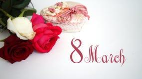 Carte de voeux, rose de blanc, rose de rouge, rose de rose sur le fond blanc d'isolement Photo stock