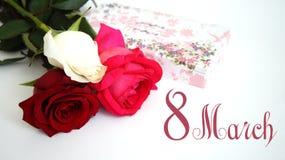 Carte de voeux, rose de blanc, rose de rouge, rose de rose sur le fond blanc d'isolement Photos libres de droits