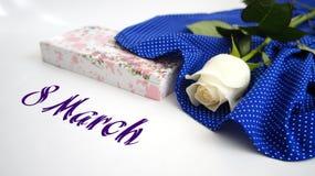 Carte de voeux, rose de blanc sur le tissu bleu en pois blancs Image stock