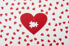 Carte de voeux sous forme de coeur avec le puzzle de deux blancs au-dessus de lui Images libres de droits
