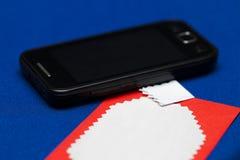 Carte de voeux sur le fond bleu avec un téléphone Images libres de droits