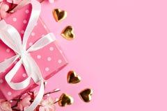 Carte de voeux sur le fond rose Foyer sélectif Jour de valentines, le jour des femmes, jour de mères Fond avec l'espace de copie images stock