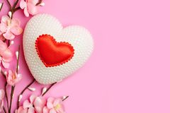 Carte de voeux sur le fond rose Foyer sélectif Jour de valentines, le jour des femmes, jour de mères Fond avec l'espace de copie photographie stock