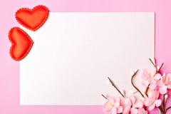 Carte de voeux sur le fond rose Foyer sélectif Jour de valentines, le jour des femmes, jour de mères Fond avec l'espace de copie photos libres de droits
