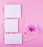 Carte de voeux trois sur le fond rose L'amour, mariage, rêve le thème Images stock