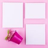 Carte de voeux trois sur le fond rose L'amour, mariage, rêve le thème Image stock