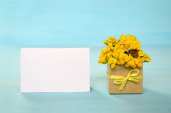 Carte de voeux vide et fleurs jaunes Image libre de droits
