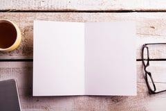 Carte de voeux vide, lunettes, tasse de café et smartphone Photo stock