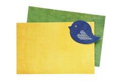 Carte de voeux vierge avec l'oiseau fait à partir du papier scrapbooking sur le wh Photos libres de droits