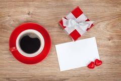 Carte de voeux vierge de valentines, boîte-cadeau et tasse de café rouge Photo stock