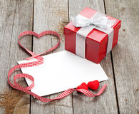 Carte de voeux vierge de valentines et petit boîte-cadeau rouge Photographie stock