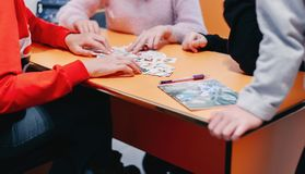 carte del gioco di istruzione degli studenti con le immagini in inglese ed i numeri fotografia stock