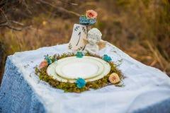 Carte dell'invito di nozze vicino ad un fondo del fiume della montagna fotografie stock libere da diritti
