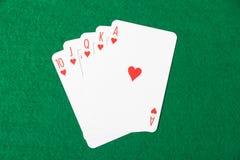 Carte della mazza con la combinazione di vampata reale sul panno verde Immagine Stock