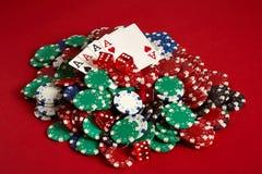 Carte della mazza e chip di gioco su fondo rosso Fotografia Stock