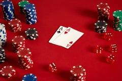 Carte della mazza e chip di gioco su fondo rosso Fotografia Stock Libera da Diritti