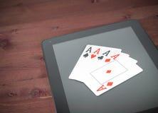 Carte della mazza sulla compressa digitale, mazza del Texas online Fotografia Stock Libera da Diritti