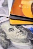 Carte di credito del primo piano sulle note dei dollari con profondità di campo bassa Immagine Stock Libera da Diritti