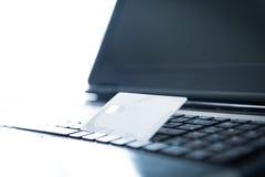 Carte di credito e computer portatile Fotografia Stock Libera da Diritti