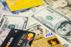 Carte di credito e dollari di Mastercard e di visto Immagini Stock Libere da Diritti