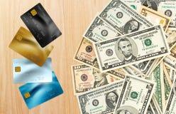 Carte di credito sulla tabella Immagine Stock