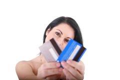 Carte di credito in una mano della donna. immagine stock