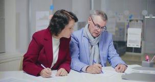 Carte di firma di divorzio delle coppie caucasiche anziane archivi video