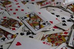 Carte di menzogne con la carta selezionata sulla cima come signora del burlone immagine stock libera da diritti