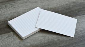 Carte di nota istantanee in bianco di indice su Grey Wood Background scuro Immagine Stock Libera da Diritti