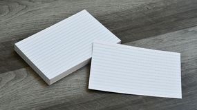 Carte di nota istantanee in bianco di indice su Grey Wood Background scuro Fotografia Stock