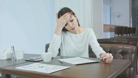 Carte di starnuto e di firma della donna malata e stanca di affari in un caffè archivi video